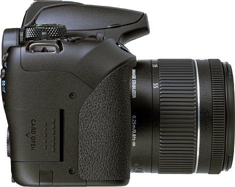 Bild Die Speicherkartenfachklappe der Canon EOS 850D ist in die Form des Handgriffs integriert. [Foto: MediaNord]