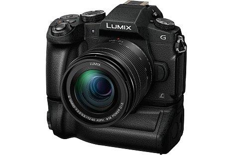 Bild Mit dem optionalen Multifunktionsgriff DMW-BGG1 lässt sich nicht nur die Akkulaufzeit verdoppeln, die Panasonic Lumix DMC-G81 wird dadurch auch ergonomischer, vor allem im Hochformat. [Foto: Panasonic]