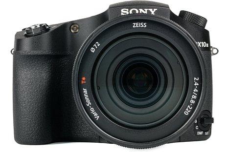 Bild Bei ihrer Größe und dem satten Gewicht könnte man die Sony DSC-RX10 III glatt für eine DSLR halten. [Foto: MediaNord]