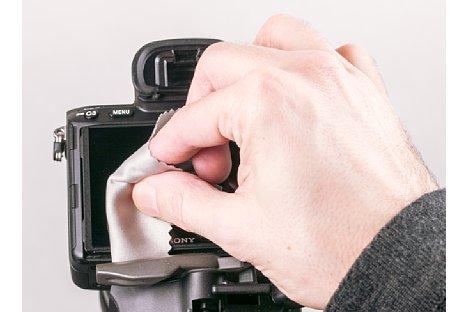 Bild Mit dem mitgelieferten Mikrofasertuch lassen sich Staub und auch fettige Fingerabdrücke entfernen. Anschließend bitte sorgfältig kontrollieren, ob die Oberfläche tatsächlich staubfrei ist. [Foto: MediaNord]