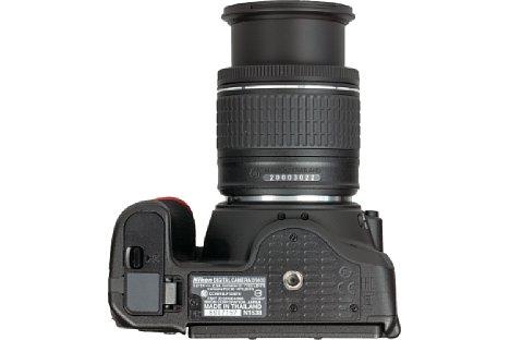 Bild Das Metallstativgewinde der Nikon D5600 sitzt in der optischen Achse, das weit entfernte Batteriefach lässt sich auch mit angesetzter Schnellwechselplatte problemlos öffnen. [Foto: MediaNord]
