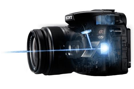 Bild Bei einer Systemkamera mit teildurchlässigem Spiegel, hier der Sony Alpha SLT-A65V, übernimmt zwar der Bildsensor die Messung der Belichtung, für den Autofokus steht aber wie bei einer DSLR ein leistungsfähiger Phasen-AF-Sensor zur Verfügung. [Foto: Sony]