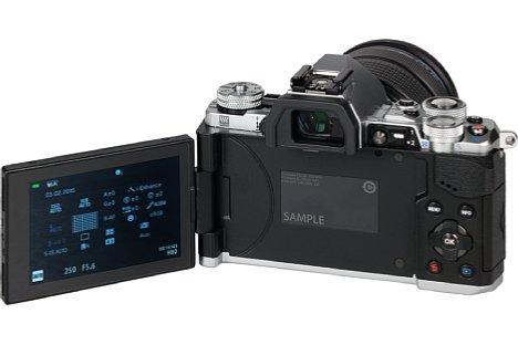 Bild Der 1,04 Millionen Bildpunkte auflösende, drei Zoll große Touchscreen der Olympus OM-D E-M5 Mark II lässt sich schwenken und drehen. [Foto: MediaNord]