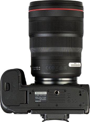 Bild Das Stativgewinde der Canon EOS R5 sitzt in der optischen Achse und ausreichend weit vom Akkufach entfernt, damit eine Schnellwechselplatte dieses nicht blockiert. [Foto: MediaNord]