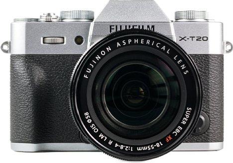 Bild Das sehr gut verarbeitete Gehäuse der Fujifilm X-T20 besteht im oberen und unteren Bereich (hier: Silber) aus Metall. Dazwischen befindet sich großzügig mit rutschfestem Gummi beklebter Kunststoff. [Foto: MediaNord]