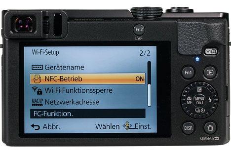 Bild Auf der Rückseite besitzt die Panasonic Lumix DMC-TZ71 einen recht hoch auflösenden Sucher, dessen Einblick allerdings nicht sonderlich bequem ist. Der rückwärtige 7,5-cm-Bildschirm ist weder beweglich, noch verfügt er über eine Touchfunktion. [Foto: MediaNord]