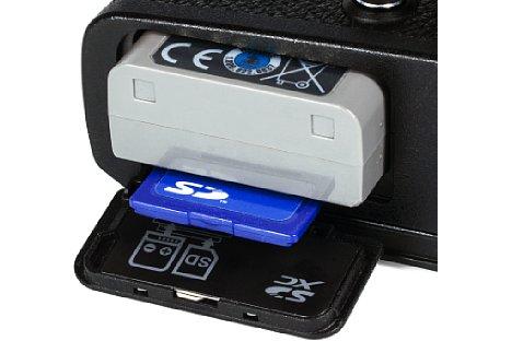 Bild Der für 330 Aufnahmen reichende Akku sowie die Speicherkarte (SDHC-, SDXC- und UHS-II-kompatibel) befinden sich bei der Olympus Pen-F in einem gemeinsamen Fach an der Kameraunterseite. [Foto: MediaNord]