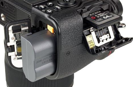 Bild Der mitgelieferte Akku NikonEN-EL15b kann direkt in der Kamera geladen werden. Die älteren TypenEN-EL15 undEN-EL15a passen auch, können aber nur in der bei der Kamera mitgelieferten Ladeschale geladen werden. [Foto: MediaNord]