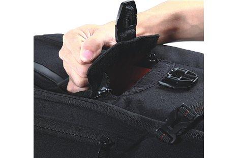 Bild Mit Reißverschluss, Klettverschluss und Schnappverschluss ist das Kamerafach extra gesichert. [Foto: Vanguard]