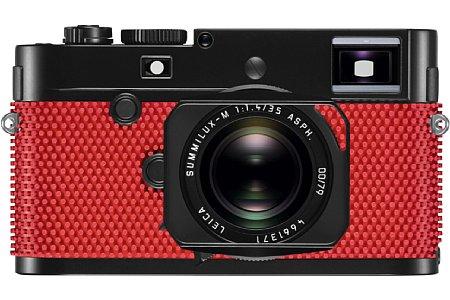 Bild Die rot genoppte Gummierung der Leica M-P (Typ 240) 'grip' by Rolf Sachs kommt normalerweise als Belag bei Tischtennisschlägern zum Einsatz. [Foto: Leica]