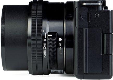 Bild Auf der linken Seite der Sony ZV-E10 sind die Anschlüsse unter einer Klappe versteckt. Nur der Mikrofonanschluss steckt unter einer weichen Gummiabdeckung. [Foto: MediaNord]