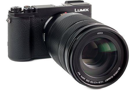 Bild Dank des 67mm-Frontgewindes lassen sich amPanasonic Leica DG Vario-Elmarit 50-200 mm F2.8-4 Asph. OIS problemlos Filter verwenden. Mit aufgesetzter Streulichtblende lässt sich ein Polfilter jedoch nicht mehr bedienen. [Foto: MediaNord]