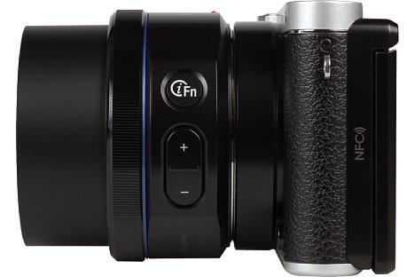 Bild Das Kit-Objektiv der NX3000 verfügt über die Samsung-typische iFn-Taste, die den Zugriff auf Weißabgleich, Belichtungskorrektur und ISO-Bereich beschleunigt. [Foto: MediaNord]