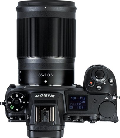 Bild Mit gut zehn Zentimetern ist das Nikon Z 85 mm F1.8 S etwas länger als seine Brennweite und gut als kleines Teleobjektiv erkennbar. [Foto: MediaNord]