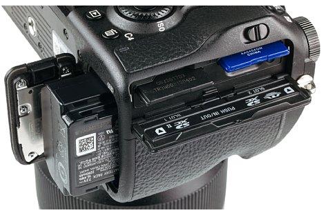Bild Das Akkufach der Sony Alpha 9 sitzt im Kameraboden und verfügt im Gegensatz zum seitlichen Doppel-Speicherkartenfach über eine Dichtung. [Foto: MediaNord]