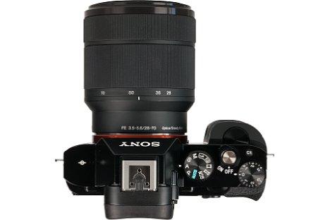 Bild Auch wenn die Sony Alpha 7S vor allem für eine Vollformatkamera sehr kompakt ausfällt, ist sie aufgrund der klobigen Vollformatobjektive, hier das lichtschwache Standardzoom mit 28-70 mm, nicht wirklich jackentaschentauglich. [Foto: MediaNord]