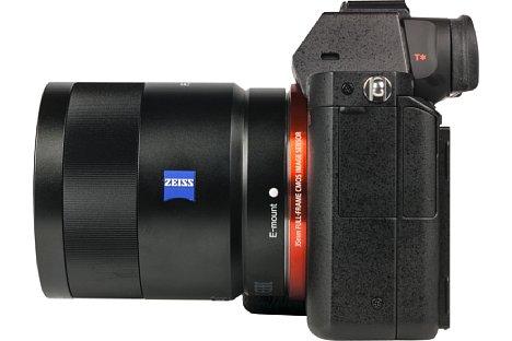 Bild Hinter zwei unscheinbaren, unbeschrifteten Plastikklappen mit Gummischarnier verbergen sich die Schnittstellen der Sony Alpha 7R: Mikrofoneingang, Kopfhörerausgang, USB-Anschluss und Micro-HDMI-Buchse. [Foto: MediaNord]