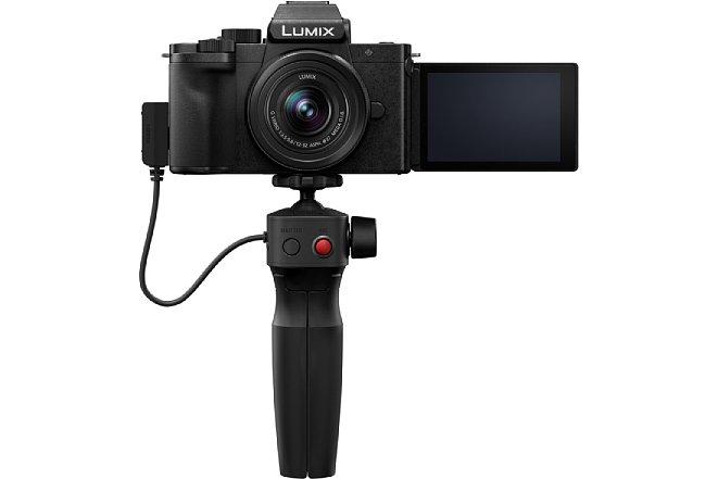 Bild Das Ministativ zur Panasonic Lumix DC-G110 lässt sich auch als Selfie-Griff verwenden, sogar Auslöser für Foto- und Videoaufnahmen bietet das SHGR1. [Foto: Panasonic]