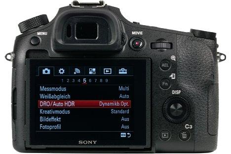 Bild Über dem klappbaren 7,5 Zentimeter großen Bildschirm bietet die Sony DSC-RX10 III einen 0,7-fach vergrößernden OLED-Sucher mit einer feinen Auflösung von 2,36 Millionen Bildpunkten. [Foto: MediaNord]