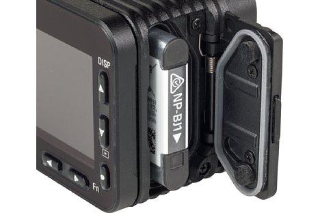 Bild Der winzige 700mAh-Akku wird seitlich in die Sony DSC-RX0 II eingeschoben. Die Klappe ist wasserdicht und gut verriegelt. [Foto: MediaNord]