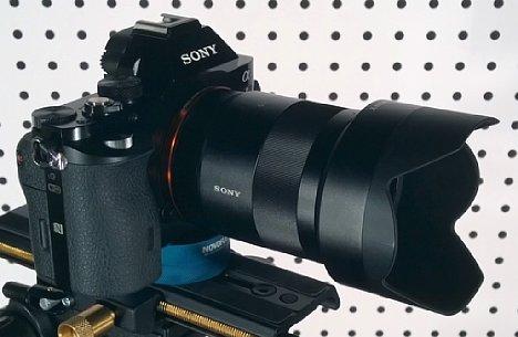 Bild Das Sony FE 55 mm 1.8 Sonnar T* ZA (SEL-55F18Z) mit angesetzter Sonnenblende im Testlabor von digitalkamera.de. [Foto: MediaNord]