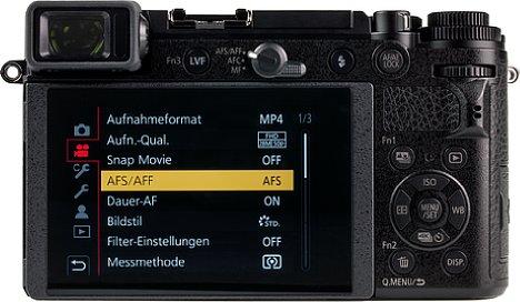 Bild Der rückwärtige 7,5cm-Bildschirm der Panasonic Lumix DC-GX9 leuchtet mit bis zu 750 cd/m² sehr hell und lässt sich nach oben sowie nach unten klappen. [Foto: MediaNord]