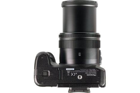 Bild Das Stativgewinde der Lumix DMC-FZ2000 liegt in der optischen Achse, aber leider nicht im Schwerpunkt der Kamera. [Foto: MediaNord]