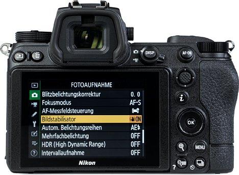 Bild Der rückwärtige Touchscreen der Nikon Z 7II lässt sich nach oben und unten klappen, die Menüs sind altbekannt. Beeindruckend groß und hochauflösend zeigt sich der elektronische Sucher. [Foto: MediaNord]