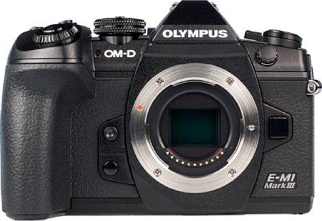 Bild Auf der Vorderseite der Olympus OM-D E-M1 Mark III lassen sich sehr gut die beiden Funktionstasten zwischen Handgriff und Bajonett erkennen. [Foto: MediaNord]