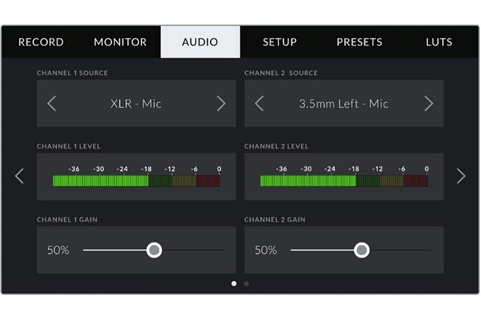 Bild Bei der Blackmagic Pocket Cinema Camera 4K können der linke und der rechte Tonkanal frei mit Signalen belegt werden, z. B wie hier das per Mini-XLR angeschlossene Mikrofon auf dem linken Kanal und das linke Kamera-Mikrofon auf dem rechten Kanal. [Foto: Blackmagic]
