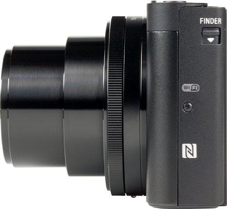 Bild Auf der linken Seite der Sony DSC-HX99 ist das NFC-Logo zu sehen, das für die Wireless-Funktionalität zum Einsatz kommt. [Foto: MediaNord]