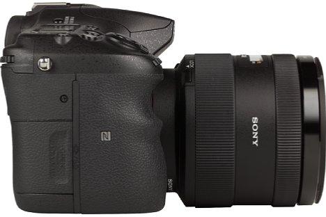 Bild Auf der rechten Seite der Sony Alpha SLT-A77 II lässt sich bequem die SD-Speicherkarte entnehmen. [Foto: MediaNord]