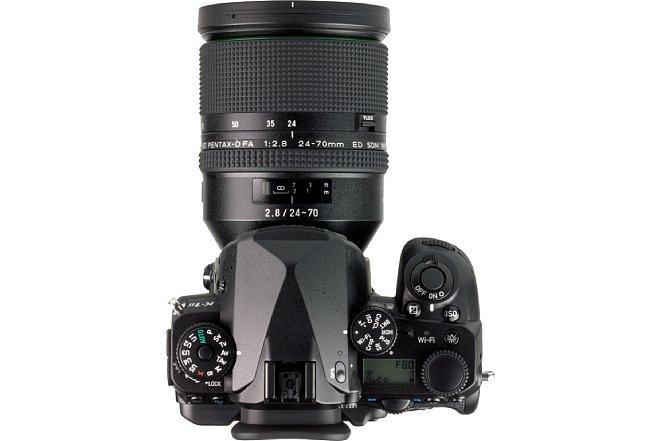 Bild An der K1 Mark II macht dasPentax HD D FA 24-70mm F2,8 ED SDM WR eine sehr gute Figur. Für ein F2,8 24-70 mm ist er relativ kompakt und leicht. [Foto: MediaNord]
