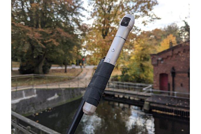 Bild Wo kein Stativgewinde ist, hilft Gewebeband. Die Vecnos IQUI vorbereitet für den Einsatz am 3-Meter-Selfie-Stick für Testaufnahmen an der Wassermühle. [Foto: MediaNord]