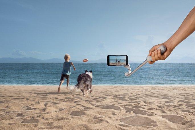 Bild Mit dem DHI OM 5 Smartphone-Gimbal lassen sich aktionsgeladene Szenen mit stabiler, verwacklungsfreier Kameraführung einfangen. [Foto: DJI]
