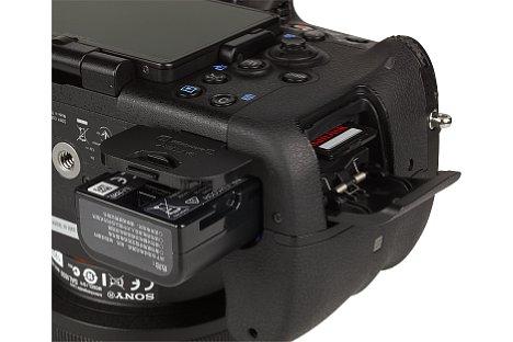 Bild Akku und Speicherkarte kommen bei der Sony Alpha SLT-A77 II in zwei verschiedenen Fächern unter. [Foto: MediaNord]