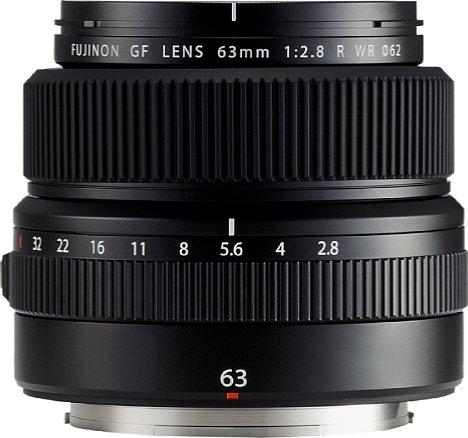 Bild Nicht nur das Design des Fujifilm GF 63 mm F2.8 R WR ist minimalistisch, sondern auch seine Ausstattung mit Bedienelementen beschränkt sich auf das Wesentliche. Es gibt lediglich einen Blenden- und einen Fokusring. [Foto: Fujifilm]