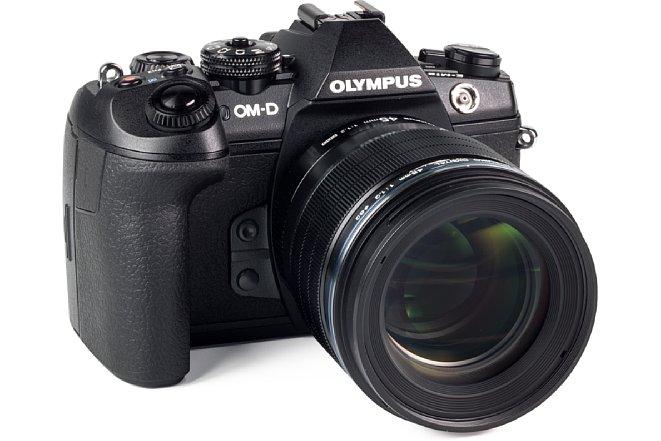 Bild Das 45 mm 1.2 ED Pro ist zwar nicht gerade die kompakteste Festbrennweite von Olympus, passt aber hervorragend zurOM-D E-M1 Mark II. [Foto: MediaNord]