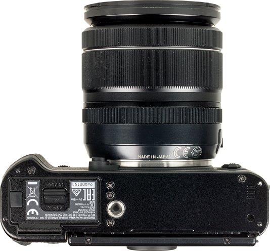 Bild Bei der Platzierung des Stativgewindes muss die Fujifilm X-T30 Kritik einstecken. Es sitzt nicht nur außerhalb der optischen Achse, sondern auch so nah am Akku- und Speicherkartenfach, dass selbst die kleinste Schnellwechselplatte es blockiert. [Foto: MediaNord]