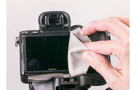 Bild Vor dem Aufbringen der Folie muss das Kameradisplay zunächst gereinigt werden, da Fett und besonders Staub das gesamte Unterfangen sabotieren. [Foto: MediaNord]