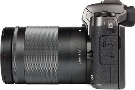 Bild Auf der linken Gehäuseseite der Canon EOS M5 können neben einem USB-Kabel auch ein Fernauslösekabel sowie ein Stereomikrofon angeschlossen werden. Der Akku lässt sich jedoch nicht per USB laden, sondern muss in die mitgelieferte Ladeschale. [Foto: MediaNord]