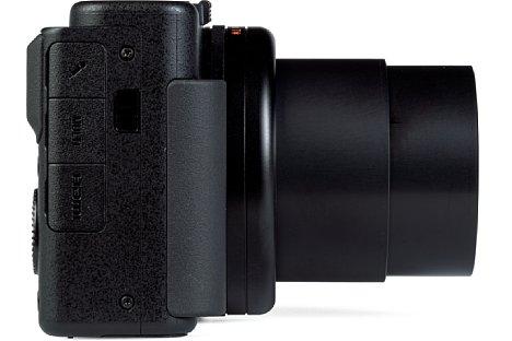 Bild Die Schnittstellen sitzen bei der Sony ZV-1 alle auf der Handgriffseite und werden mit einfachen, per Gummilasche gesicherten Plastikabdeckungen verschlossen. [Foto: MediaNord]
