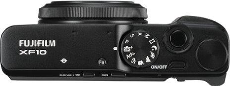 Bild Einen Blitzschuh gibt es bei der Fujifilm XF10 nicht mehr, das Programmwählrad bietet jedoch alle wichtigen Aufnahmemodi. [Foto: Fujifilm]
