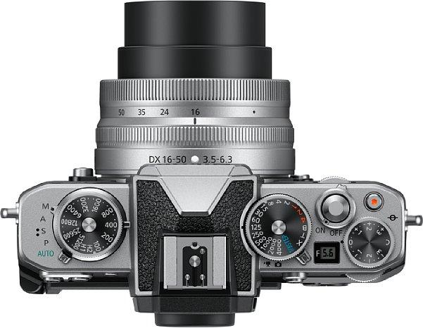 Bild Auf der Oberseite besitzt die Nikon Z fc drei Alu-Einstellräder für ISO-Empfindlichkeit, Belichtungszeit und Belichtungskorrektur. Ein Mini-LCD zeigt zudem den eingestellten Blendenwert an. [Foto: Nikon]