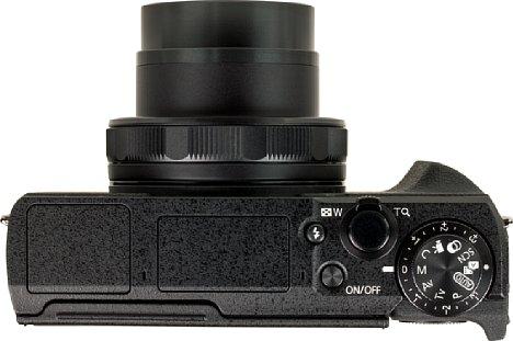 Bild Zoom, Auslöser, Belichtunmgskorrekturrad, Programmwählrad, Einschaltknopf und Blitzentriegelungstaste sitzen allesamt gut erreich- und sichtbar auf der Kameraoberseite der Canon PowerShot G5 X Mark II. [Foto: MediaNord]