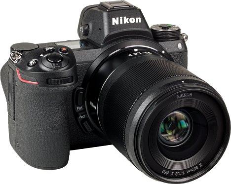 Bild Die Nikon Z 7 in Kombination mit dem Z 35 mm 1:1,8 S sieht recht wuchtig aus, so dass man das Objektiv für ein kompaktes Zoom halten könnte. [Foto: MediaNord]