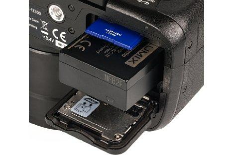 Bild Für gut 380 Aufnahmen reicht der Lithium-Ionen-Akku der Panasonic Lumix DMC-FZ300. Dank SDXC-Kompatibilität lassen sich auch sehr große Speicherkarte verwenden. U3-Karten sind für die 4K-Funktionen notwendig. [Foto: MediaNord]