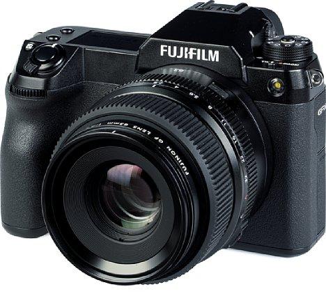 Bild Mit einem Gewicht von 405 Gramm wiegtdas Fujifilm GF 63 mm F2.8 R WR weniger als die 906 Gramm schwere GFX100S. Damit ergibt sich eine recht mobile Kombination. [Foto: MediaNord]
