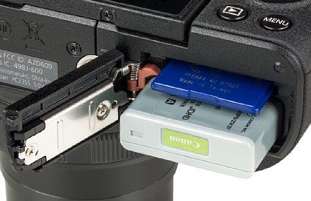 Bild Der kleine Lithium-Ionen-Akku der Canon PowerShot G5 X Mark II hält nur für gut 230 Aufnahmen. Ein externes Ladegerät liegt bei. Auch die SD-Karte wird im Kombifach entnommen. [Foto: MediaNord]
