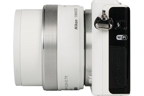 Bild Der Blitz der Nikon 1 J4 kann über einen Schalter an der Seite manuell herausgeklappt werden. [Foto: MediaNord]
